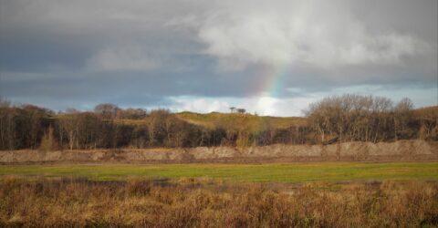 afgegraven grond met regenboog